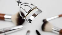 eyelash-curler-1761855_640.jpg