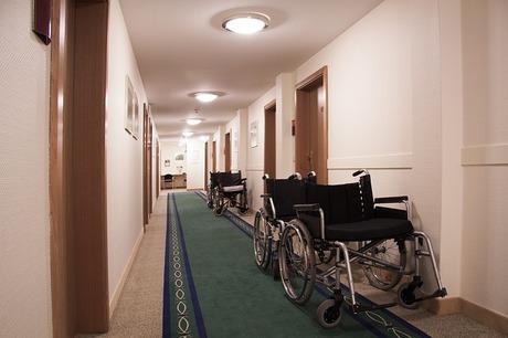 大腿骨骨折手術後のリハビリ|高齢者でも手術後すぐにリハビリを開始する!