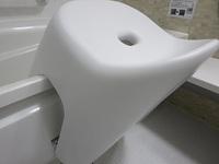 浴槽のフチに掛けたバスチェア.JPG