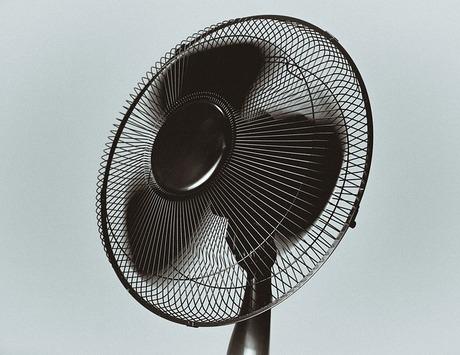 扇風機とエアコンの併用で涼しさアップ|シーズン途中の掃除も忘れずに