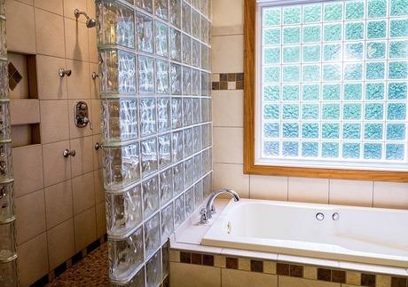 マグネットを利用してユニットバスの壁パネルにお風呂小物を収納