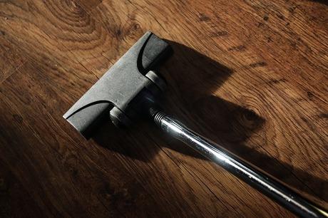 サイクロン式クリーナーとスティッククリーナー|掃除機2台の使い分け