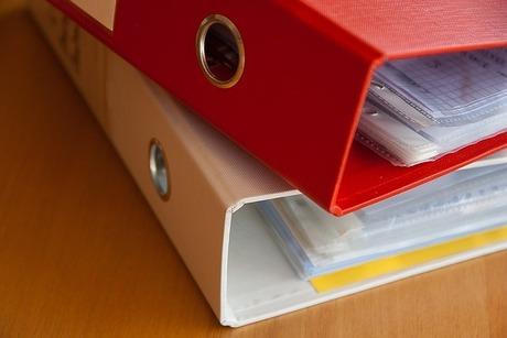 ダイソー・ジッパー付ファイルケースで書類を整理し、家族で情報共有を